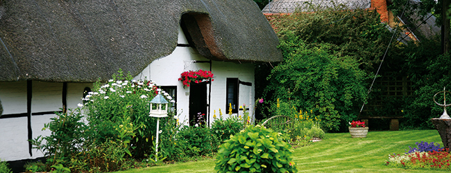 LISA-Study-Abroad-English-England-Worthing-sea-beach-typical-England-gardens-thatched-house